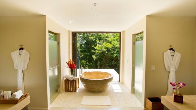 Este cuarto de baño en el Andaz Península Papagayo Resort en Costa Rica cuenta con una amplia ducha con efecto de lluvia que da a la terraza