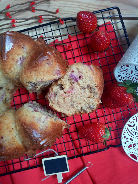 Bundt cake de sirope de arce con nueces y fresas. Maple, walnuts and strawberries bundt cake.  Desayuno, merienda, postre, recetas de temporada. Nordicware Cuca