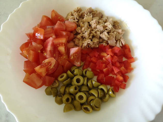 Troceamos tomate, pimiento, aceitunas y atún