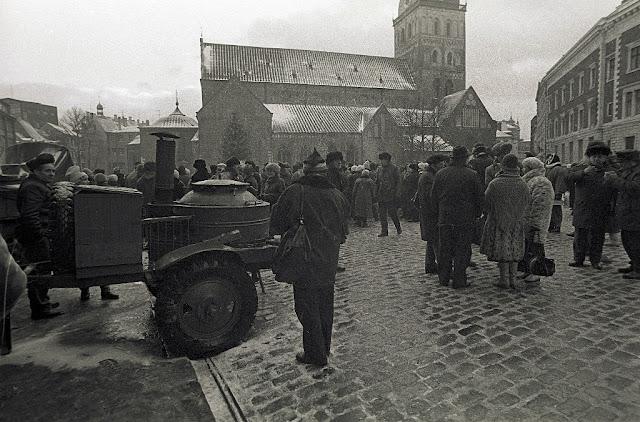 Январь 1991 года. Рига. Домская площадь. Латышские особенности баррикад (Delfi Foto)