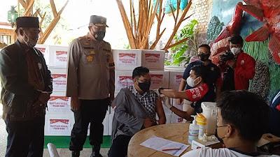 Wakil Kapolda Riau BrigjenTabana Bangun Msi bersama Badan Eksekutif Mahasiswa se-Riau saat menggelar bakti sosial