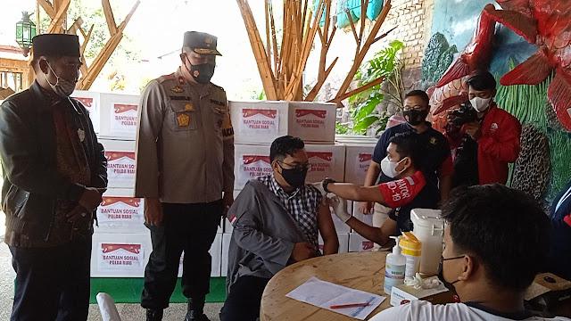 """Polda dan BEM se-Riau menggelar bansos di Rumbai sebagai """"bentuk"""" kepedulian kepolisian"""