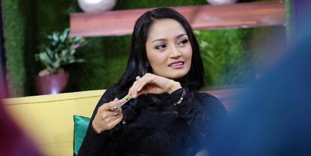 Syahrini dan Siti Badriah Tak Saling Sapa, Berantem?