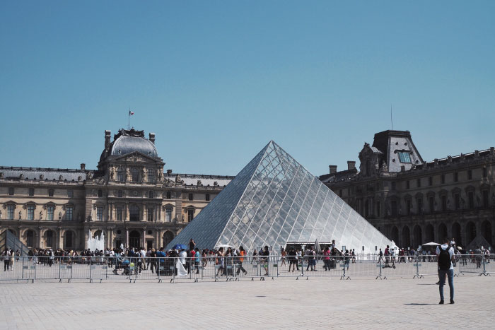 Le quartier du Louvre et sa pyramide en verre à Paris