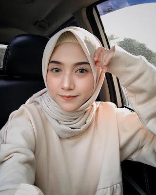 Cewek Selfie pakai jilbab manis dan bibir tipis indah manis
