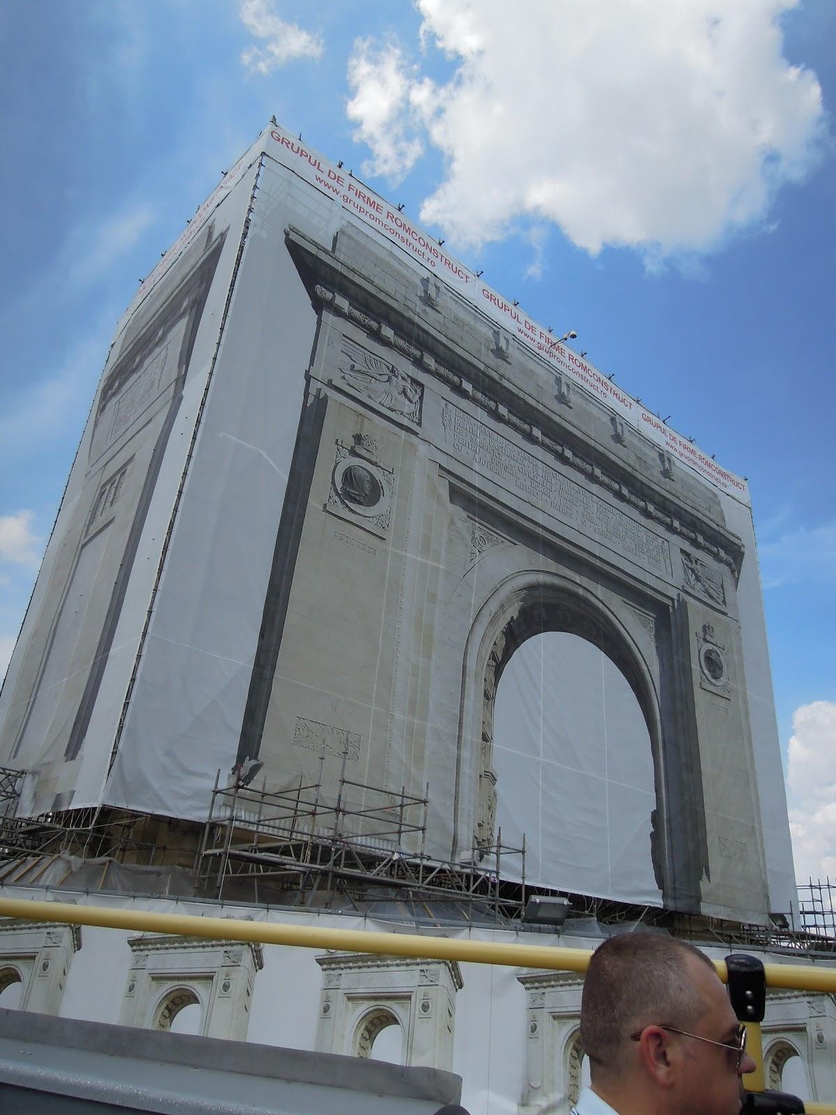 Arcul de Triumf - în renovare, acoperit de pânză care îl reprezintă