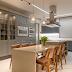 Cozinha cinza e marrom com mix de estilos clássico/contemporâneo e texturas!