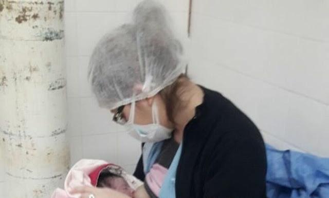 La foto de una enfermera que le dio de mamar a un recién nacido se viralizó en Santiago del Estero