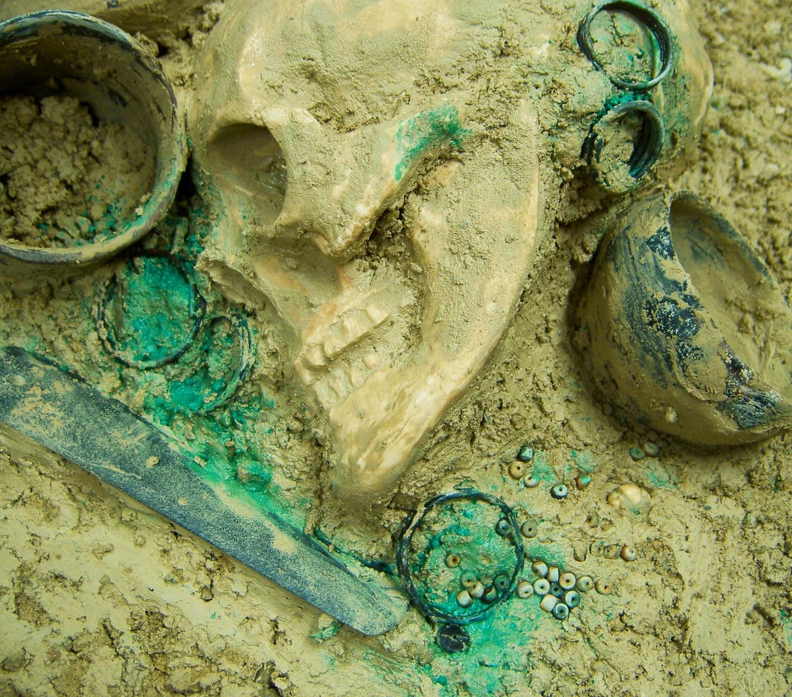 Ajuar funerario argárico: afiladera, aretes, tulipas, brazaletes, cuentas de collar