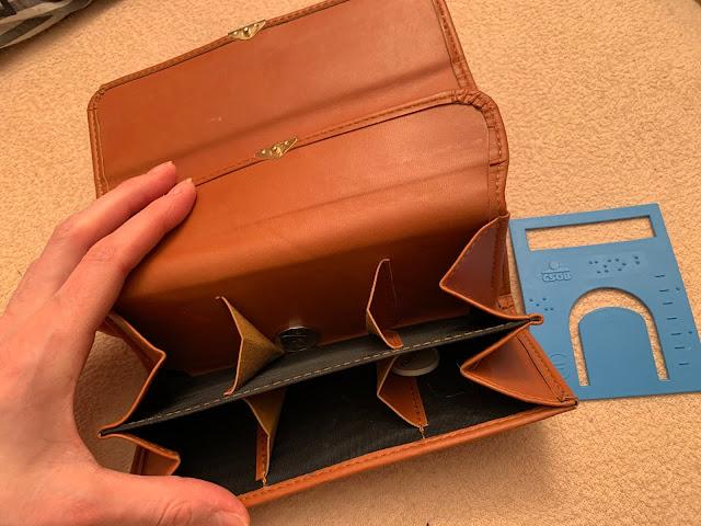 Otevřená peněženka, vedle šablona