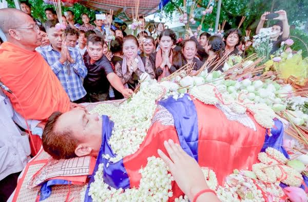 A long line of mourners paid their respects to the body of slain researcher, analyst and government critic Kem Ley yesterday. KT/Chor Sokunthea