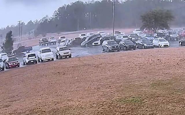 Ανεμοστρόβιλος σήκωσε αυτοκίνητα στον αέρα (βίντεο)