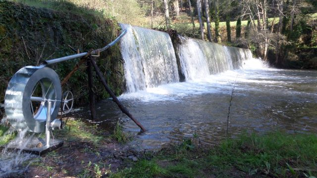 Roda de água portátil a funcionar no rio