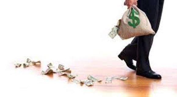 錢財留不住,一有錢就破財的八字