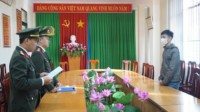 Cơ quan công an tống đạt quyết định xử phạt vi phạm hành chính với T.V.N. Ảnh: Văn Long (Báo dân Việt)