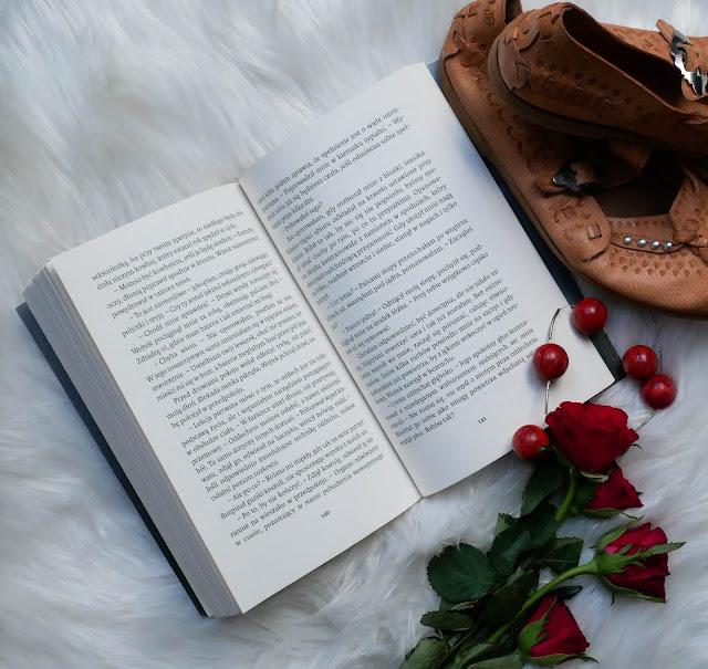 """książki autorstwa Moniki Ligi """"Gorący Śnieg""""."""