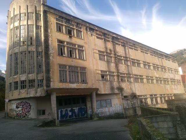 Fábrica abandonada e en moito mal estado.