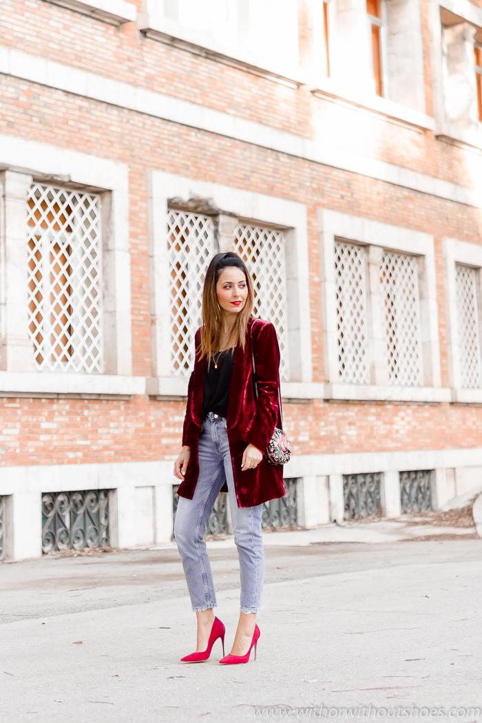 Chaqueta blazer de Terciopelo burdeos jeans y zapatos rojos para el Look de la cena de Navidad