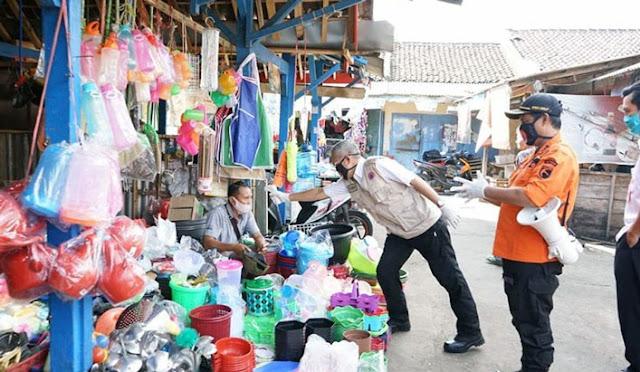 Pedagang di pasar dicek suhunya