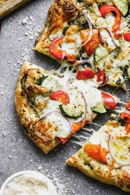 البيتزا بالخضار على طريقة المطاعم