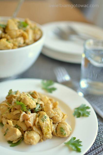 Indyjska sałatka z kurczakiem, makaronem i ananasem