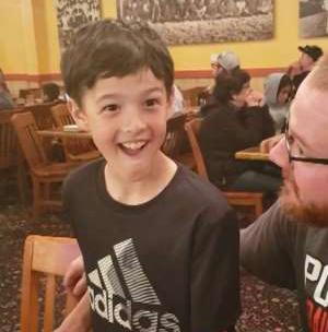 Garotinho de 9 anos viraliza ao ganhar ingresso para show do Iron Maiden