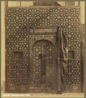 باب الهيكل بكنيسة القديسة بربارة بمصر القديمة والتقطت بين عامى 1860 الى 1890