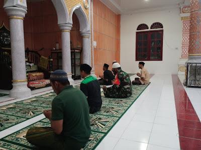 Melalui Subuh Berjama'ah, Babinsa Posramil 05 PC Eratkan Silaturrahmi Di Wilayah Binaan