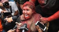 Επίθεση από διαδηλωτές , οι οποίοι την έσυραν ξυπόλητη στους δρόμους, της πέταξαν κόκκινη μπογιά και της έκοψαν με το ζόρι τα μαλλιά δέχτηκε...
