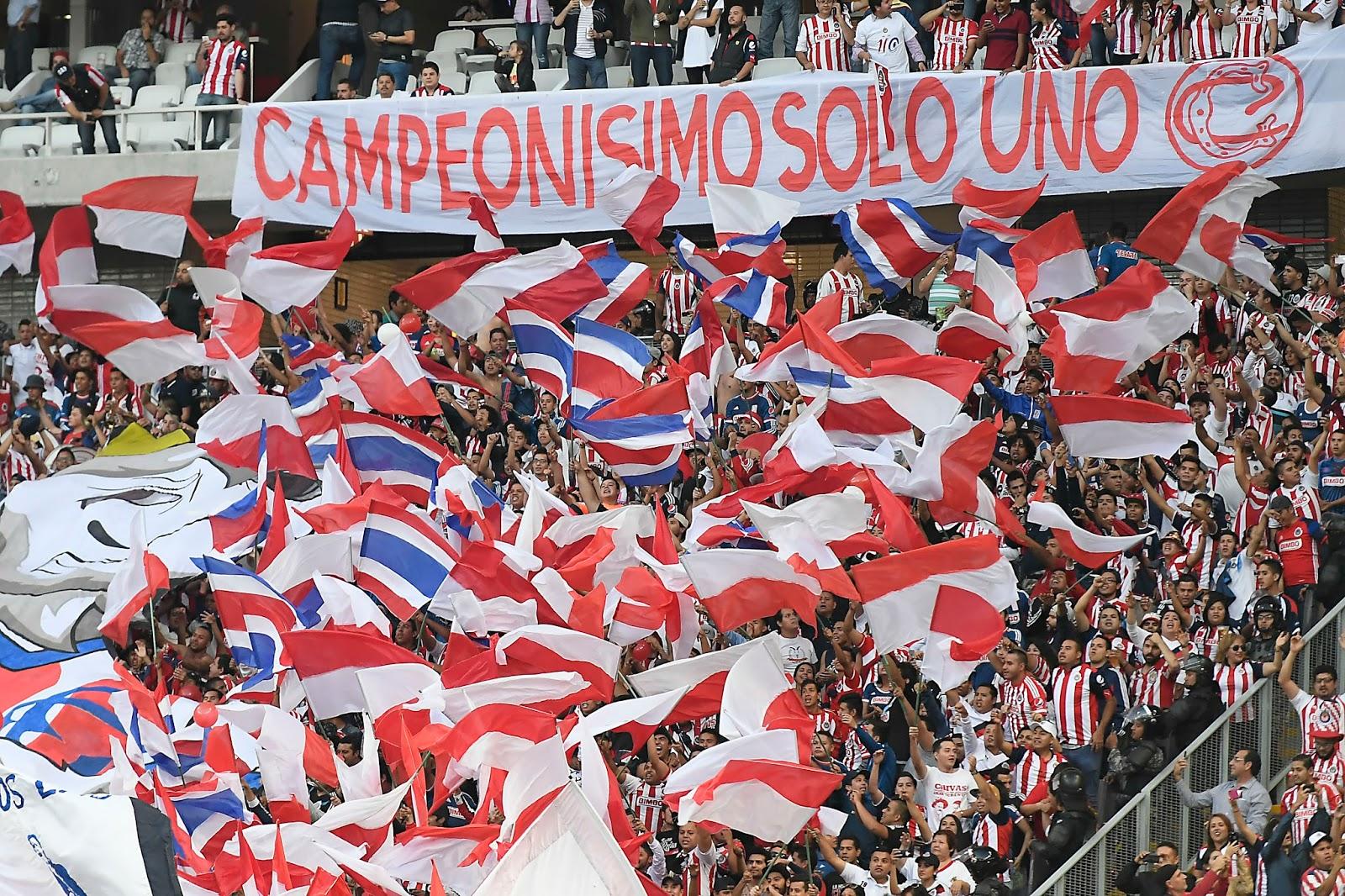 Banderas dentro del Estadio Chivas.