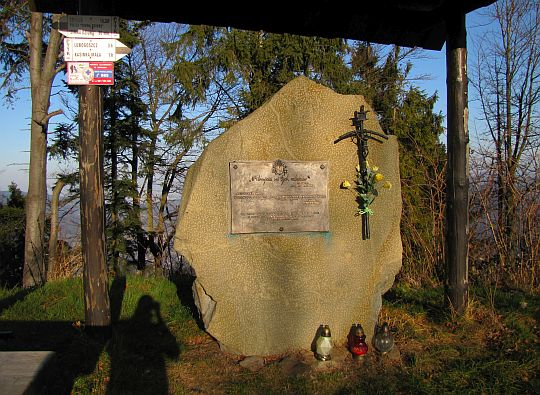Obelisk upamiętniający Jana Pawła II i jego dwukrotny pobyt na Szczeblu.