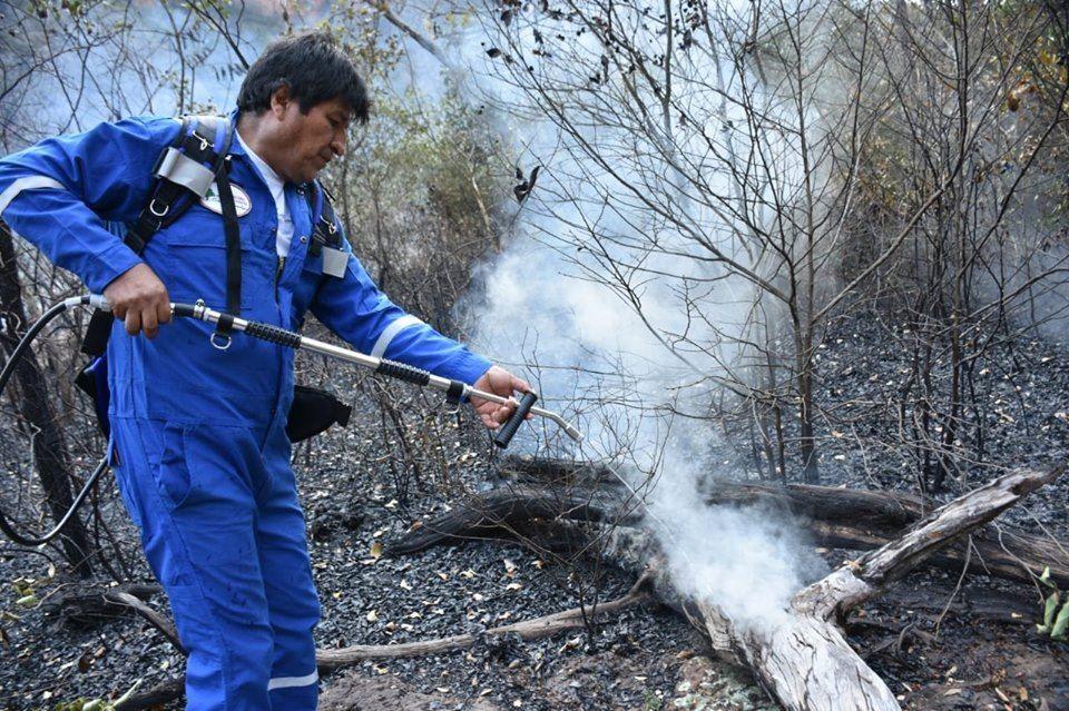 El mandatario candidato bajó del helicóptero Super Puma para sofocar cuatro focos de calor en Santa Rosa  / GOBIERNO