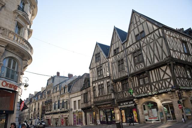 Winkelstraat in Dijon, credits Atout France/Cédric Helsly