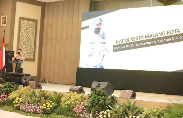 "SURABAYA – majalahglobal.com : Kapolresta Malang Kota memberikan paparan, terkait penanganan Covid-19 dan persiapan Adaptasi Kebiasaan Baru di Kota Malang, saat acara Experience Sharing serta Satgas Problem Program Oriented Policing (POP) Kampung Tangguh Semeru, di Gedung Mahameru Mapolda Jawa Timur, Selasa (4/8/2020).  Acara tersebut digelar oleh Kapolda Jatim Irjen Pol Dr M Fadil Imran, dan juga dihadiri oleh Wakapolda Jatim Brigjen Pol Slamet Hadi Supraptoyo, Pejabat Utama (PJU) Polda Jatim, serta para Kapolrestabes maupun Kapolresta jajaran Polda Jatim.  Dalam paparannya, Kombes Pol Leonardus menyampaikan jumlah kasus Covid-19 di Kota Malang berdasarkan data terbaru sebaran Covid-19 per tanggal 3 Agustus 2020. Terdapat sebanyak 1101 kasus ODP, 686 kasus PDP dan 696 kasus positif.  Dari jumlah tersebut, pada kasus ODP terdapat 1048 yang telah selesai dipantau dan2 orang meninggal. Pada kasus OTG, terdapat 292 orang sembuh dan 69 orange meninggal.  ""Sementara pada kasus positif, terdapat 395 orang sembuh, 58 orang meninggal, dan sisanya 244 orang dalam perawatan."" terangnya.  Sebagai upaya penekanan dan tindak pencegahan kasus penyebaran Covid-19, pada wilayah Kota Malang juga terdapat Kampung Tangguh Semeru dan kawasan tangguh lainnya di masyarakat.  ""Terdapat total 98 kawasan tangguh di Kota Malang, antara lain 85 kampung tangguh, 4 mall tangguh, 3 Ponpes tangguh, 1 industri tangguh, 1 pasar tangguh, 2 kantor tangguh serta 2 Aspol (asrama polisi) tangguh,"" tegasnya.  Selain itu mantan Wakapolrestabes Surabaya itu juga menjelaskan, ia bersama jajarannya memiliki program pembentukan tim POP dan Posko POP, yang selalu dimonitoring secara periodik setiap hari secara bergilir.   ""Kunjungan dan monitoring dilakukan setiap hari dengan penekanan 3T (Tracking, Tracing dan Treatment). Dengan melibatkan pihak Camat, Danramil, Kepala Puskesmas, Babinsa dan Bhabinkamtibmas,"" jabar Kombes Pol Leonardus.  Selian itu juga dilakukan pemberian bantuan pada keluarga korban Covid-1"