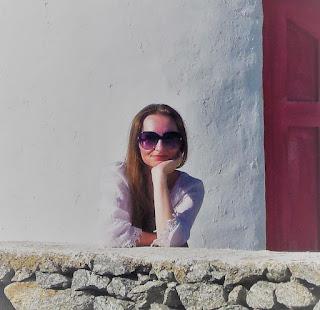 długowłosa kobieta w białej tunice