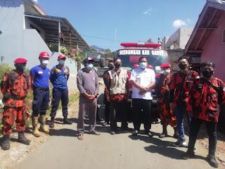 Kepala Desa Situsari Lakukan Penyemprotan Disinfektan bersama Damkar dan Pemuda Pancasila