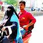 Anaknya Terjebak di Rahmatabad, Ibu Ini Menjemputnya dengan Sepeda Motor Sejauh 1400 Km