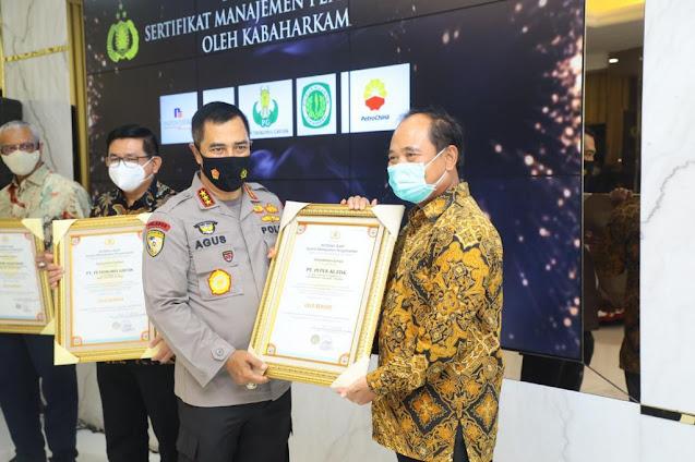 Kabaharkam Serahkan Sertifikat Gold Reward Objek Vital Nasional