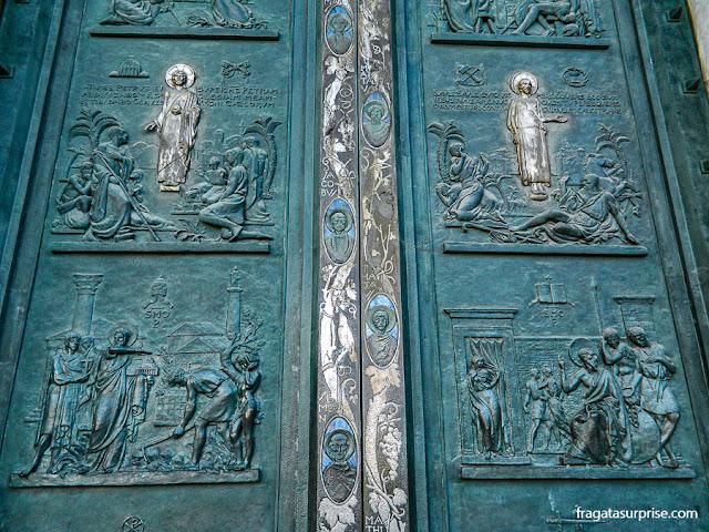 Portas de bronze da Basílica de São Paulo Extramuros, em Roma
