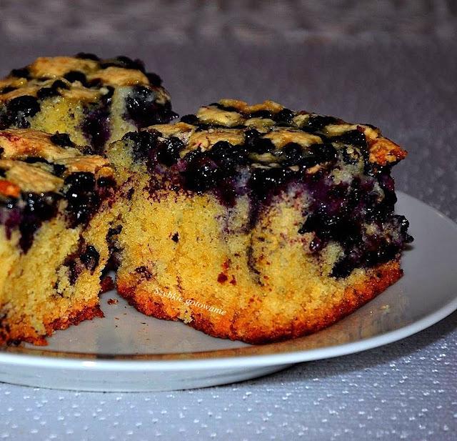 Puszyste ciasto na oleju z jagodami (lub innymi owocami)