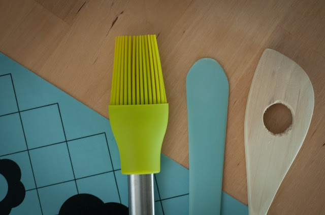 The brush, the spatula, and the wooden brush in all their glory