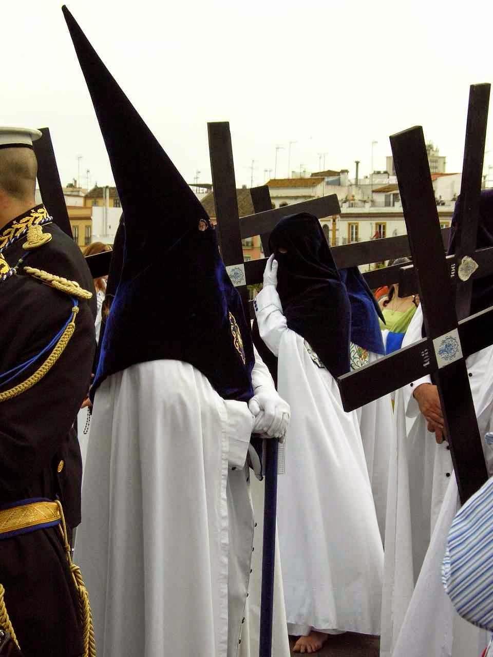 Confraria de penitentes carregando a Cruz, Semana Santa, Sevilha, Espanha.