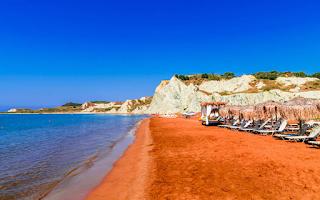 Η ονειρική παραλία στην Κεφαλονιά με την πορτοκαλί άμμο