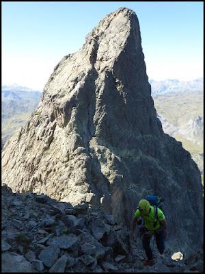 De la Fourche hacia la chimenea de salida para llegar al Midi d'Ossau