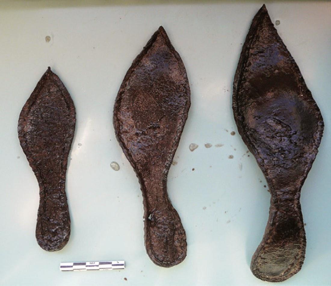 Reste de chaussures dans un dépotoir riche en déchets de cuirs (XIVe- XVe siècle)
