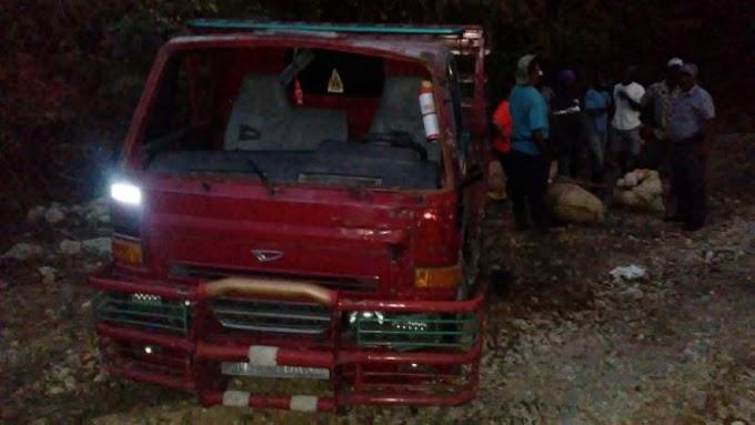 NEIBA: Una mujer muerta y cuatro hombres heridos tras volcarse camión