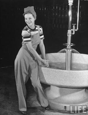 Mulher usando macacão nos anos 40