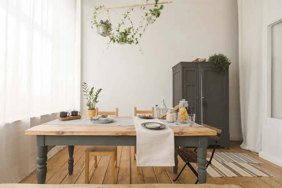 Mesa pintada con patas grises y tapa de madera