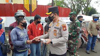 Kapolres Toraja Utara bersama Dandim 1414 / Tator Distribusikan Bansos PPKM Darurat ke Warga .