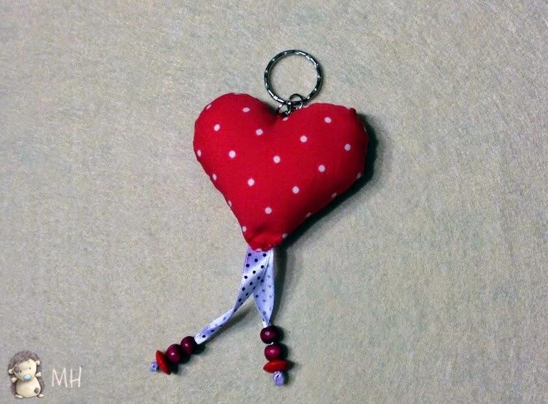 llavero de tela y lazos con forma de corazón